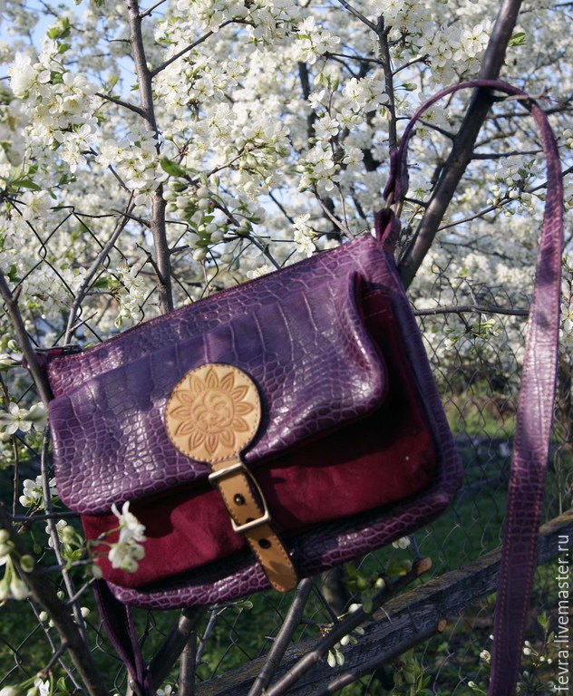 Beautiful rich color of the handbag and the bright sun on the flap, make it a very positive and active companion for all your travels in life.