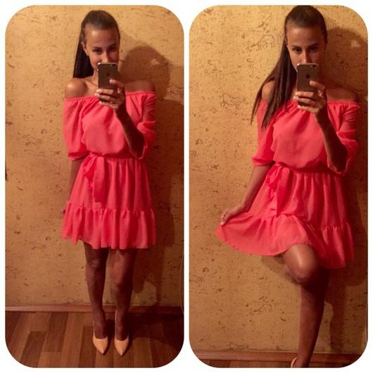 Платье с открытыми плечами короткое