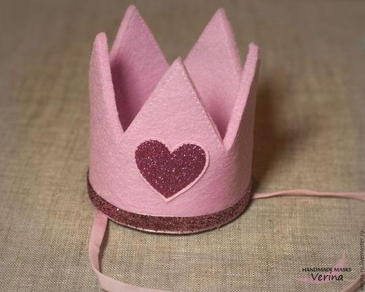Очаровательная маленькая корона из фетра ручной работы для фото сессии, праздника или дня рождения на резинке или заколке.