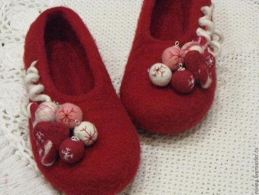 """Обувь ручной работы. Ярмарка Мастеров - ручная работа. Купить тапочки""""Новогодние игрушки"""". Handmade. Винный, Новый Год"""