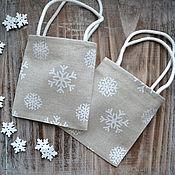 Подарки к праздникам ручной работы. Ярмарка Мастеров - ручная работа Маленькая подарочная сумочка «Снежинки», новогодняя упаковка. Handmade.