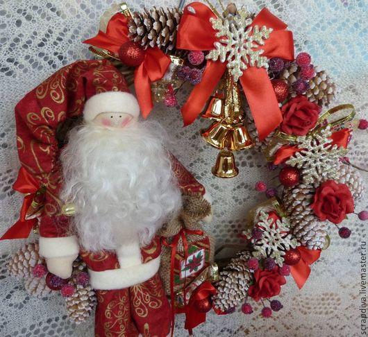 Новый год 2017 ручной работы. Ярмарка Мастеров - ручная работа. Купить Рожденственский венок с Сантой. Handmade. Ярко-красный, подарок
