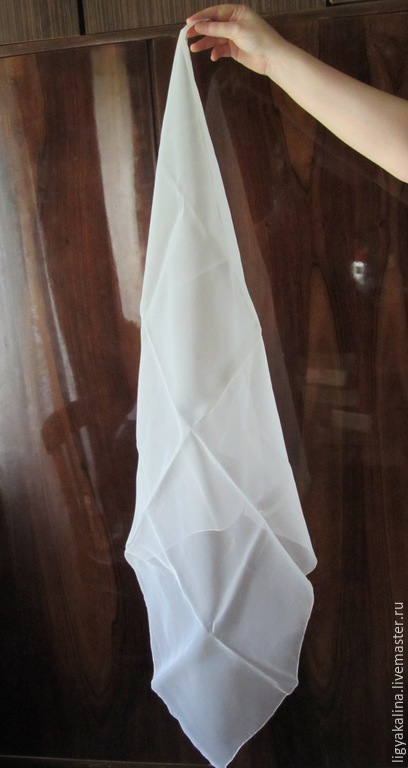1) Белый полупрозрачный платок без рисунка - 60-е - 70-е гг. Материал - капрон.81Х82. Край не совсем ровный, возможно платок изначально был больше, но по каким-то причинам его уменьшили. 150р.