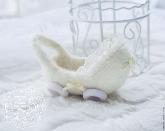 Подарки для новорожденных, ручной работы. Ярмарка Мастеров - ручная работа. Купить Миниатюрная валяная коляска белая для кукол/игрушек. Handmade. Белый