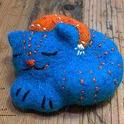 """Куклы и игрушки ручной работы. Ярмарка Мастеров - ручная работа Интерьерная игрушка из войлока """"Кошка видит сны"""". Handmade."""