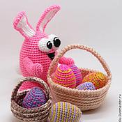 Подарки к праздникам ручной работы. Ярмарка Мастеров - ручная работа Корзинка с Пасхальными яйцами и Розовый Заяц - вязаная игрушка. Handmade.