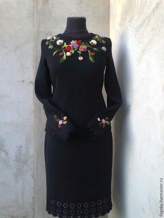 Женский костюм с вышивкой с доставкой