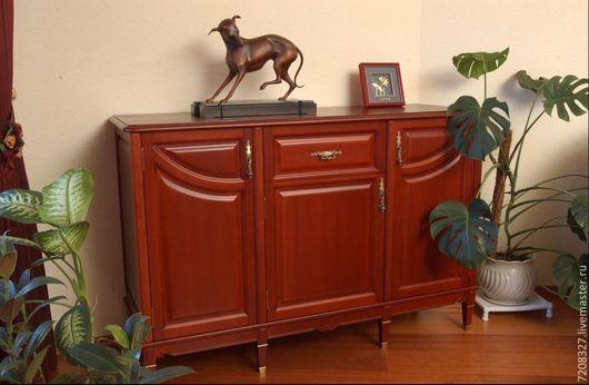 Классический комод из натурального дерева с необычными фасадами и строгими ножами, декорированными сусальным золотом. Имеет четыре отдела для хранения: три с просторными полками и выдвижной ящик.