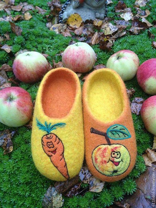 """Обувь ручной работы. Ярмарка Мастеров - ручная работа. Купить детские валяные домашние тапочки """"Яблочко от морковки не далеко падает. Handmade."""