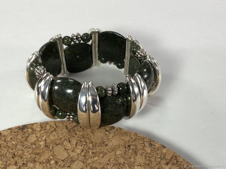 Необычный широкий браслет из натурального камня змеевик купить. Эффектный браслет из натуральных камней. Стильный браслет натуральных камней. Комплект украшений  натуральных камней. Бохостиль браслет