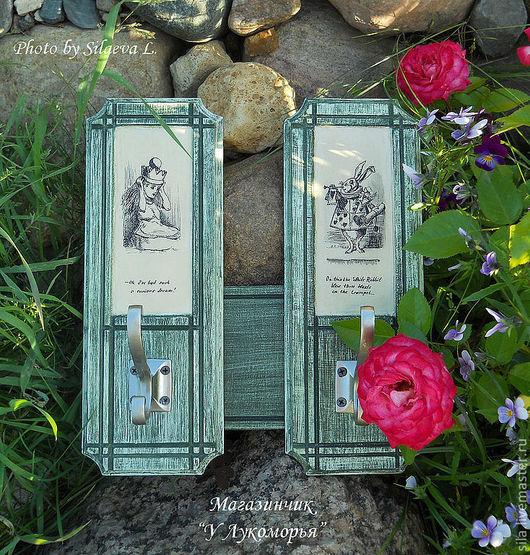 """Вешалка """"Алиса в стране чудес"""". Две секции, соединенные друг с другом. Персонажи - Алиса и Кролик."""