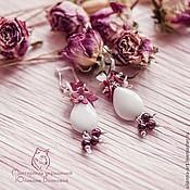 Украшения ручной работы. Ярмарка Мастеров - ручная работа Серьги-капли с цветами. Бордовый, белый, натуральный камень. Handmade.