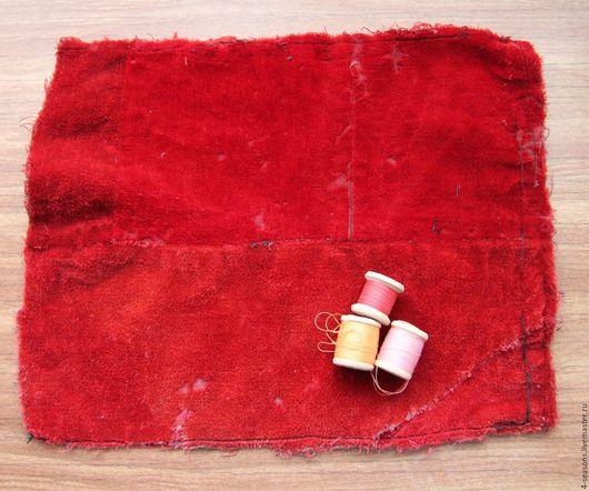Лоскут бархата на подкладке, окрашен вручную. Примерно 1950-1960гг. Три катушки ниток примерно того же периода.