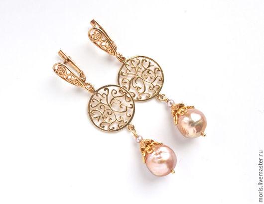 Серьги из серебра и жемчуга с позолотой. Легкие серьги из серебра и натурального жемчуга Касуми-лайк золотисто персикового цвета. Ажурные детали и замочки - всё серебро с позолотой.