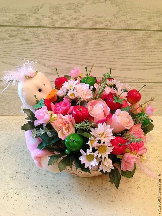 Корзина с цветами яблоки клубника розы нежно-розовые цветы розовые розы розовый для девочки для девушки подарок для интерьера подарок на любой случай необычная композиция цветы и флористика композиция