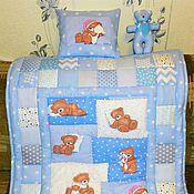 Детское лоскутное одеяло с подушечкой.