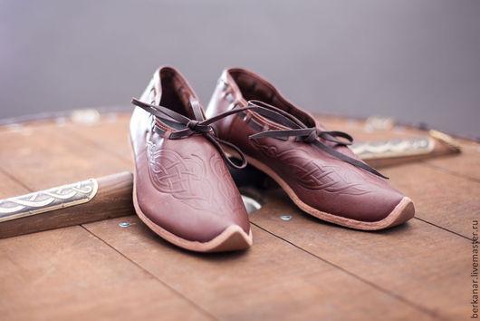 Обувь ручной работы. Ярмарка Мастеров - ручная работа. Купить Средневековые кожаные женские туфли с тиснением. Handmade. Коричневый