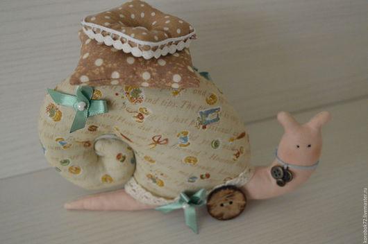Куклы Тильды ручной работы. Ярмарка Мастеров - ручная работа. Купить Улитка Тильда рукодельница. Handmade. Бежевый, игольница