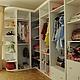 Просторная гардеробная с открытыми полками и выдвижными ящиками. Разница в материалах, размере, цвете и наполнении возможна, благодаря ручной работе.