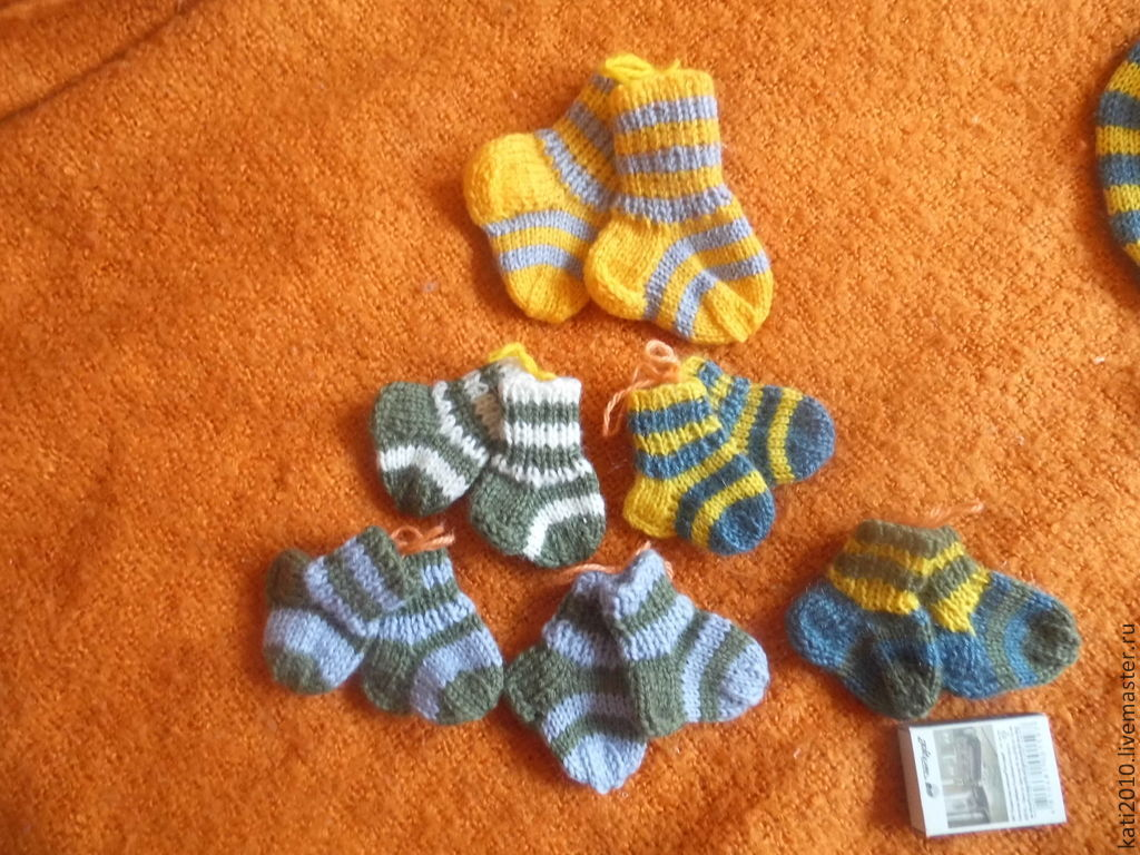 Носочки для кукол и мишек, вязаные на спицах – купить в ...