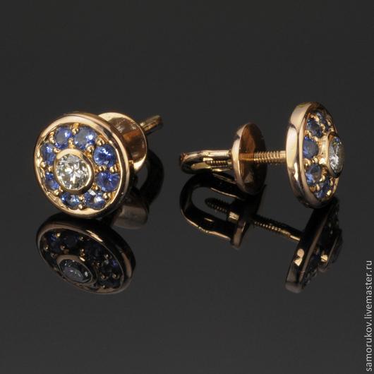 Серьги-пуссеты из золота 585 пробы, 2 бриллианта с характеристиками 4/7 и общей массой 0.23ct, сапфиры натуральные общей массой 0.65ct. Вес сережек - 3.0 гр