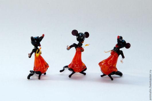 Статуэтки ручной работы. Ярмарка Мастеров - ручная работа. Купить Стеклянная микро фигурка мышек сплетниц. Handmade. Ярко-красный