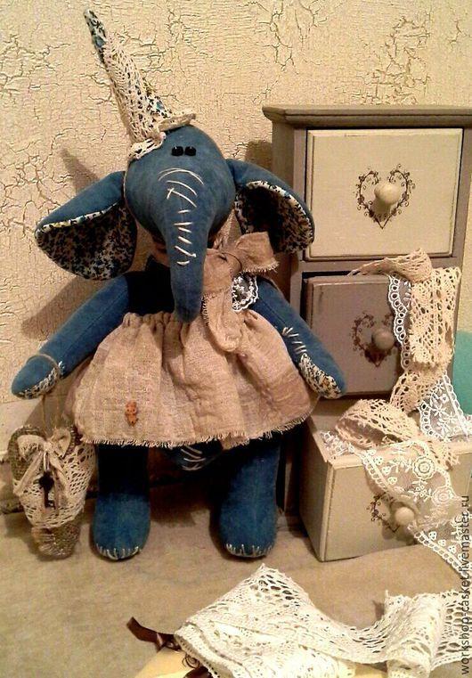 Симпотишная девочкм Янникен. В руках винтажное сердечко с металлическим ключиком. Винтажная девчюля