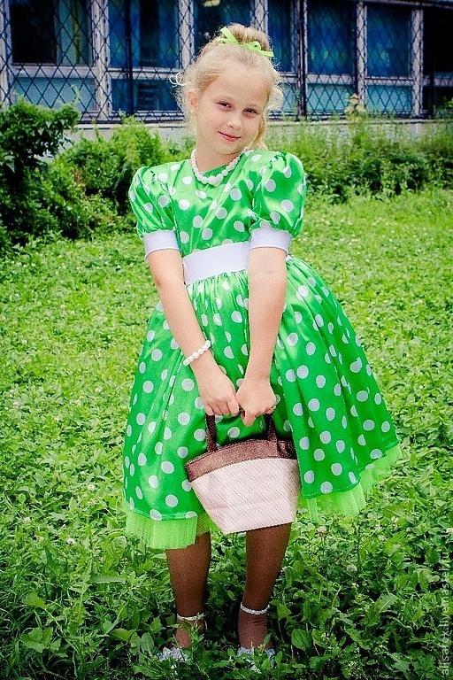 Платье - костюм состоит из блузки , юбки и нижней фатиновой юбки . Сзади пояс украшен бантом из атласа.  Пышность юбки варьируется.