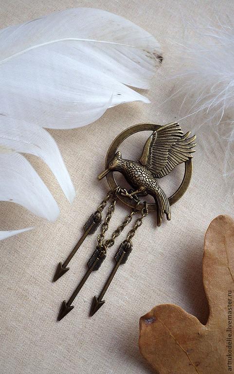 Брошь Сойка-пересмешница из фильма Голодные игры (Hunger Games). Размер броши Сойка-пересмешница 3,5х9 см. Брошь выполнена из фурнитуры цвета античной бронзы.