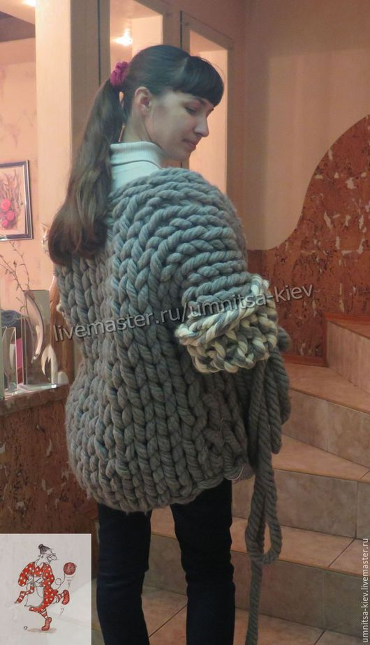 Фото. Кардиган из очень толстой пряжи. Вязаный кардиган крупной вязки. Вязаный кардиган очень теплый. Модный вязаный кардиган из шерсти 100%..
