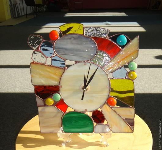 Часы Камни и Солнце в витражной технике тиффани из цветного стекла. Эти часы могут быть и настольными (ставятся на специальную подставку для декоративных тарелок) и настенными (сзади имеется крепеж).
