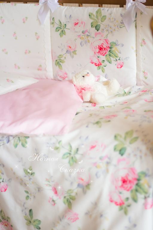Очень нежная цветовая гамма, белоснежное шитье и атласные ленточки украсили эти мягкие бортики в стиле шебби-шик. Они создадут уют в кроватке и будут надёжно оберегать Вашу малышку от ушибов.
