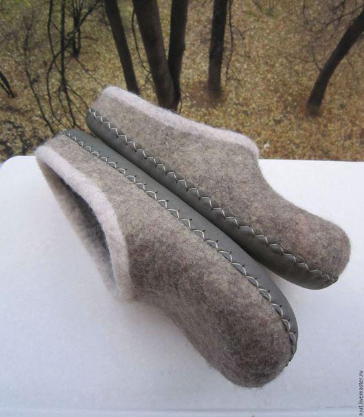 Домашние тапочки сваляны вручную из овечьей шерсти - Bergschaf и Merinos.  Для отделки использована вискоза. Подошва из натуральной кожи подшита вощеной нитью. Размер 45 (30 см)