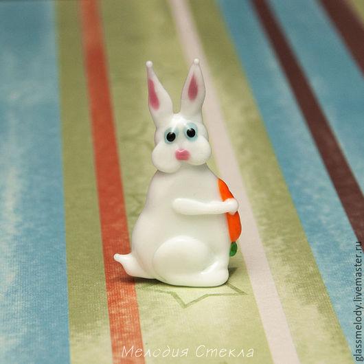 Броши ручной работы. Ярмарка Мастеров - ручная работа. Купить Белый кролик - фигурка (брошь) из стекла. Handmade. Фигурка из стекла