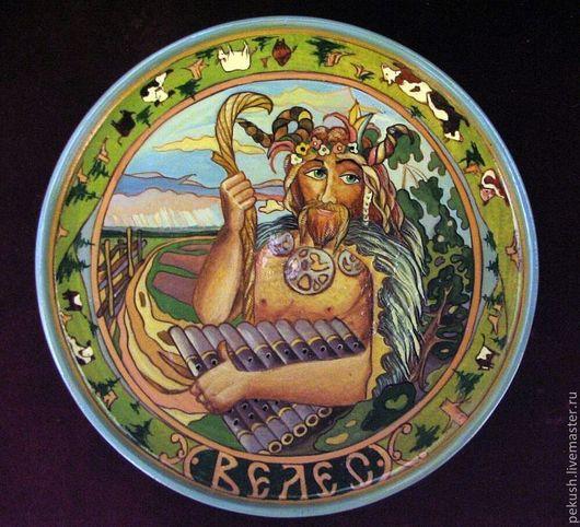 Велес. Это в его честь рядятся на святки и на масленицу в звериные маски и тулупы. Славянский скотий Бог, второй после Перуна.(В 3-х деревянных тарелках использованы иллюстрации В.Королькова).