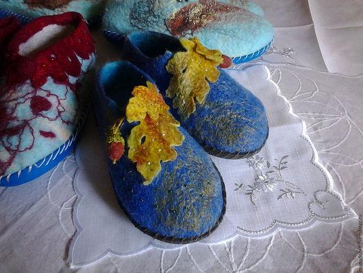 Обувь ручной работы. Ярмарка Мастеров - ручная работа. Купить Тапочки  с украшениями. Handmade. Синий, тапочки с подошвой, желуди брошь
