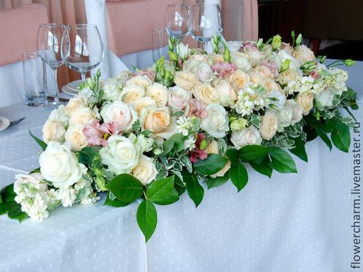 Оформление свадьбы цветами в персиково-бело-розовой гамме - композиция на стол президиум