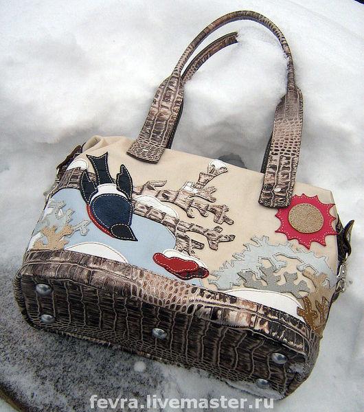 Бело - серо - серебряный крокодил на отделке сумки очень похож на лед со снегом.