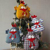 Куклы и игрушки ручной работы. Ярмарка Мастеров - ручная работа Петушок-курочка на елку и магнит на холодильник. Handmade.