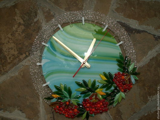 """Часы для дома ручной работы. Ярмарка Мастеров - ручная работа. Купить Часы настенные  """"Рябинушка-2""""(фьюзинг). Handmade. Зеленый"""