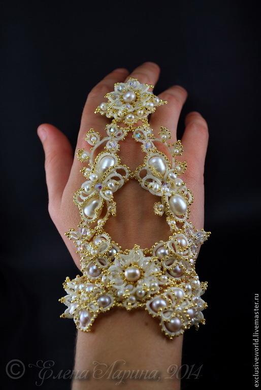 Свадебное украшение на руку, авторский браслет-митенка с кольцом (слейв-браслет) с натуральным жемчугом. Ювелирное кружево Елены Лариной.