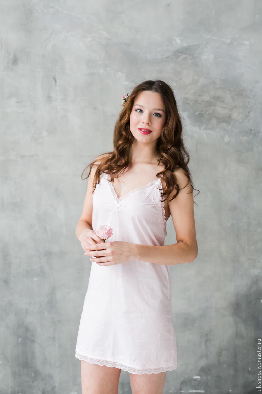 c8f6b2ea3f33 Легкая ночная сорочка из бело-розового хлопка. Украшена тонким кружевом и  очаровательными бантиками.