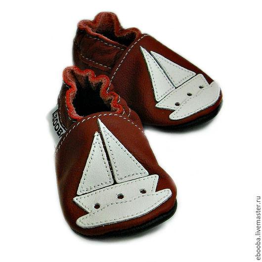 Кожаные чешки тапочки пинетки кораблик белый на бордовом ebooba