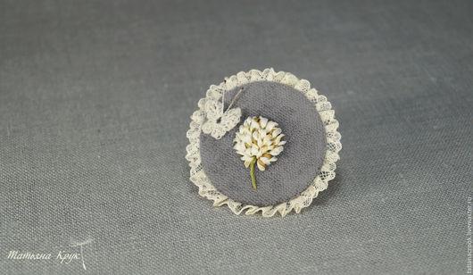 Брошь цветок - вышивка шёлковыми лентами. Брошь с клевером двух видов. Вышивка на льне и на велюре. Один сюжет - два разных настроения.