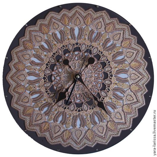 Часы настенные интерьерные выполнены в технике точечной росписи (point-to-point) на стекле в восточном стиле `Арабески`