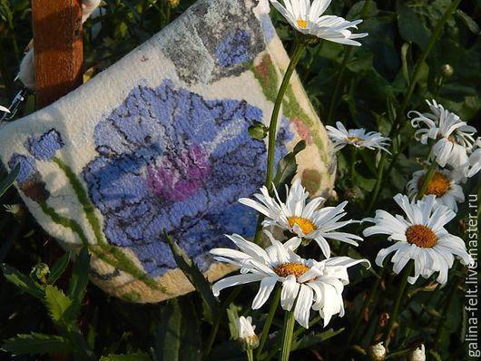 Валяная сумка Василек изготовлена из мериносовой шерсти. Рисунок выполнен с помощью шелковых квадратов, вискозы.