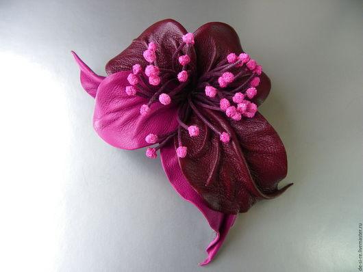 Брошь цветок из кожи Орхидея `Лиловые Грезы`. Брошь на сумку, пояс, шляпу, пиджак, платье, сарафан, шаль, платок, палантин, накидку, верхнюю одежду. Непромокаемый аксессуар.Подарок женщине, девушке...