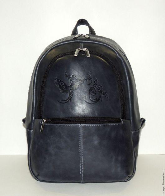 Рюкзак удобный, легкий, вместительный, функциональный. В этот объемный аксессуар поместится много нужных вещей для учебы, работы, занятий спортом.