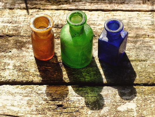 Три старинные бутылочки разноцветного стекла. Бутылочки 19 века