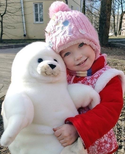 На фото счастливый ребенок с другом.